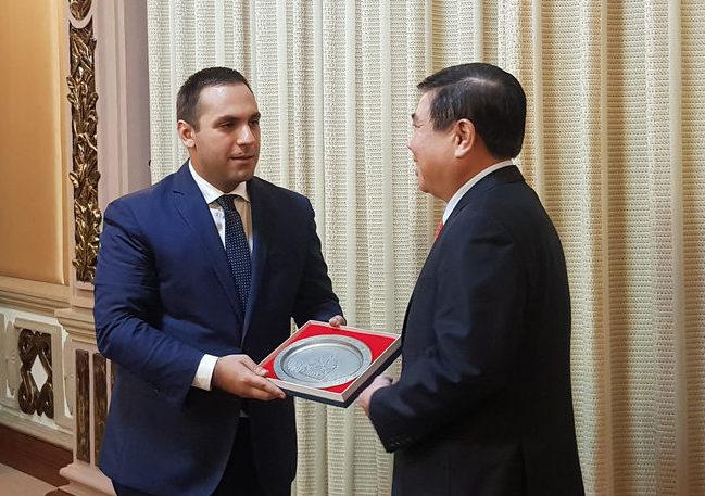 Bộ trưởng bộ Kinh tế Bulgaria Emil Karanikolov và Chủ tịch UBND TP.HCM Nguyễn Thành Phong