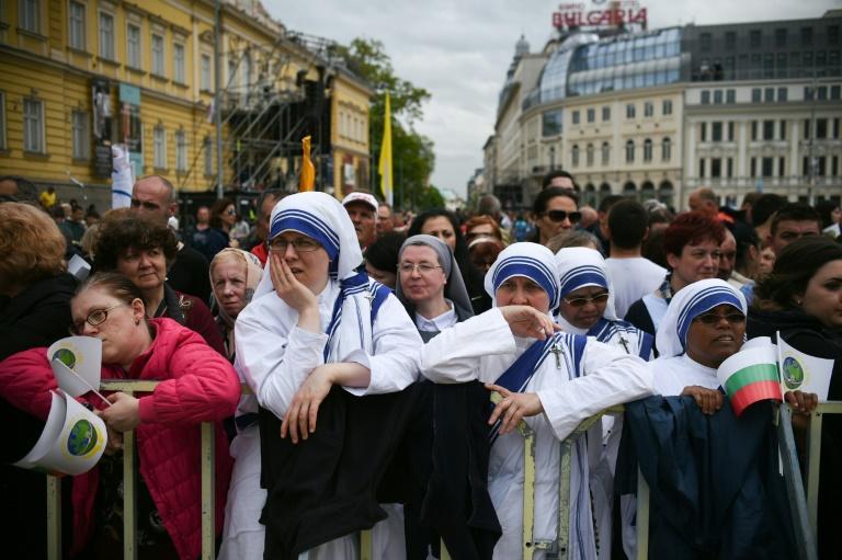 Các nữ tu Kitô giáo đang chờ một Thánh Lễ sắp diễn ra