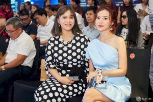 Bà Trần Hoàng Phú Xuân - Tổng giám đốc Faslink vui mừng đón tiếp Midu