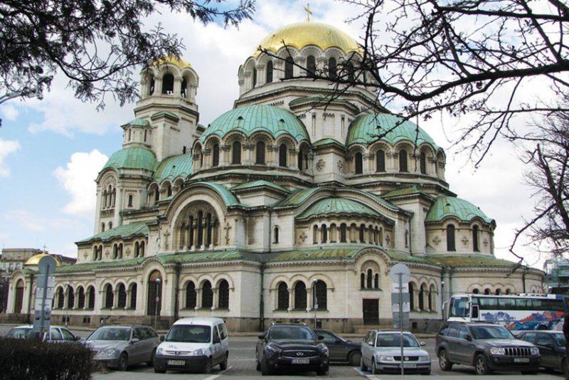 Định cư Bulgaria ở thủ đô Sofia, bạn sẽ có cơ hội chiêm ngưỡng vẻ đẹp của thánh đường Alexander Nevsky với diện tích đạt 3.170 m2, có thể chứa đến 10.000 người tham quan du lịch.