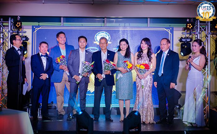 Ban lãnh đạo usis tặng hoa cho nhà đầu tư