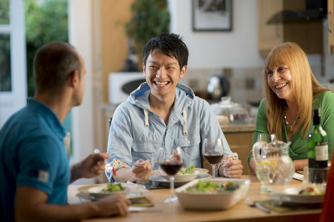 Du học sinh Việt Nam đang ăn với gia đình người bảo lãnh