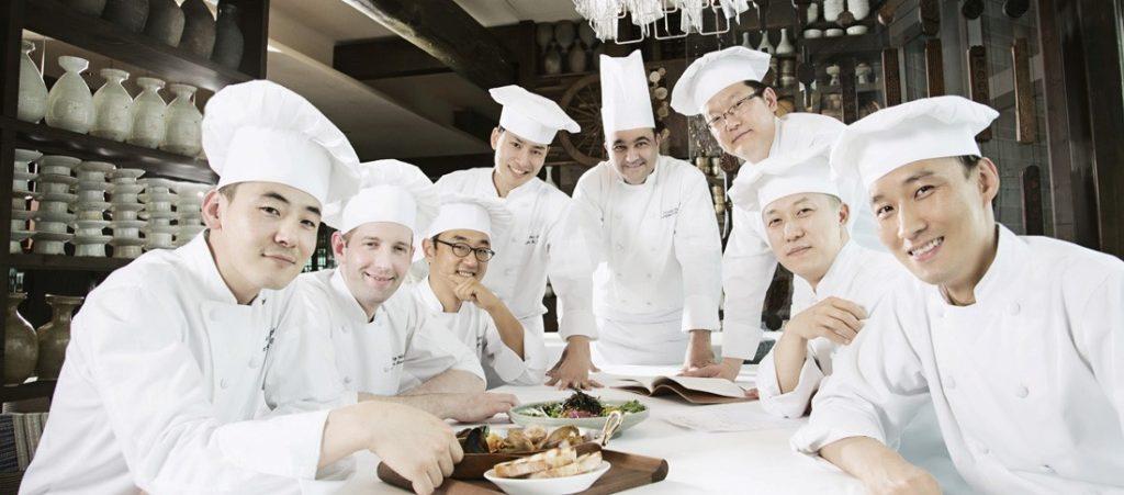 Những vị đầu bếp trong nhà hàng đang tụ họp