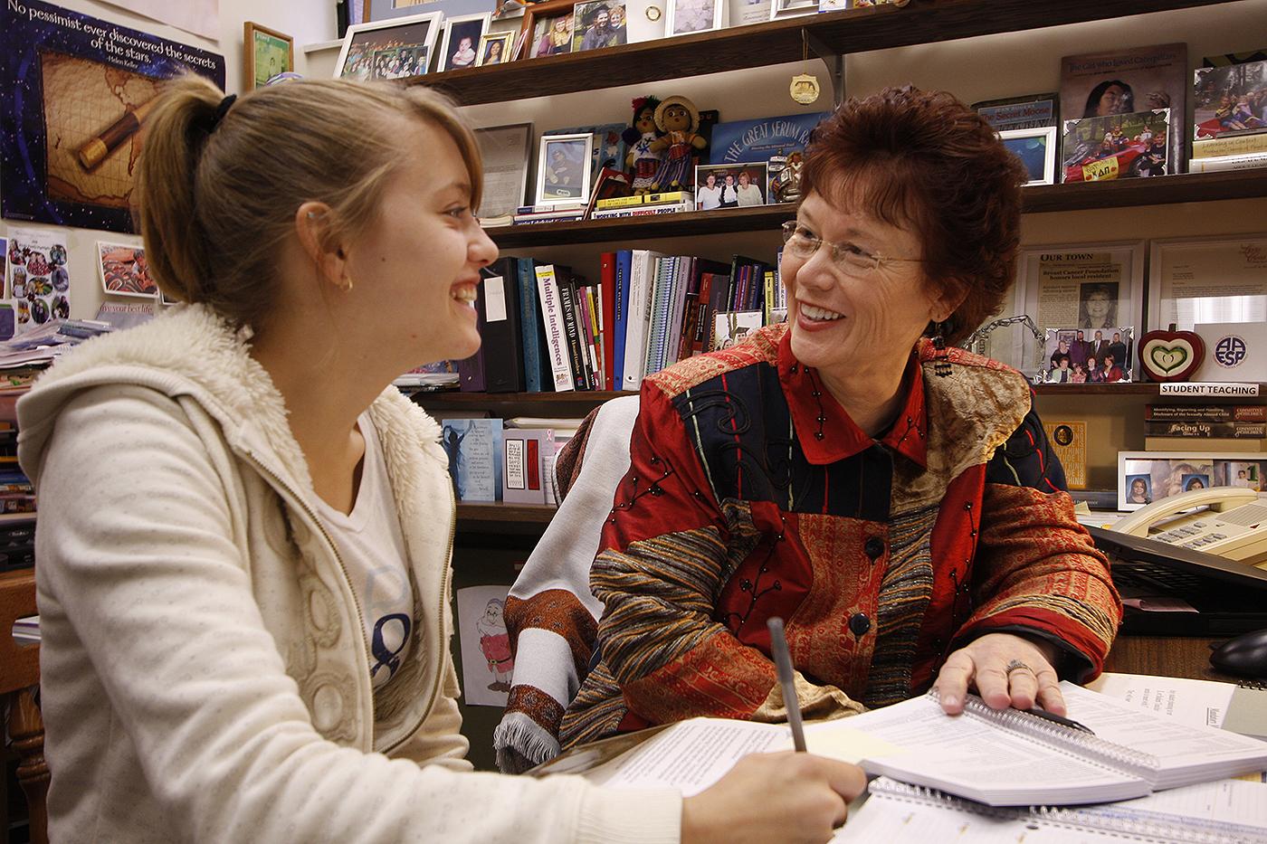 Giảng viên trò chuyện với học sinh