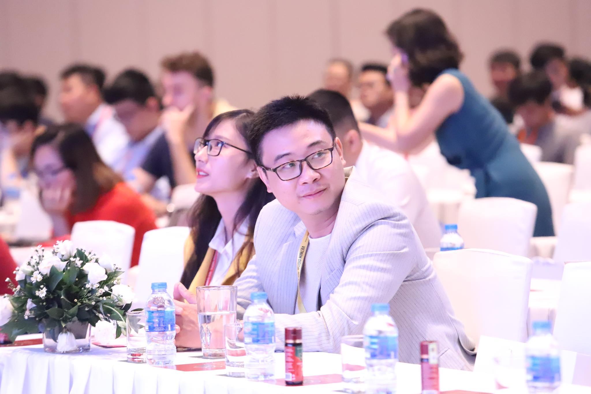 Ông Lavies Nguyễn và trợ lí đến từ South Edge Digital.
