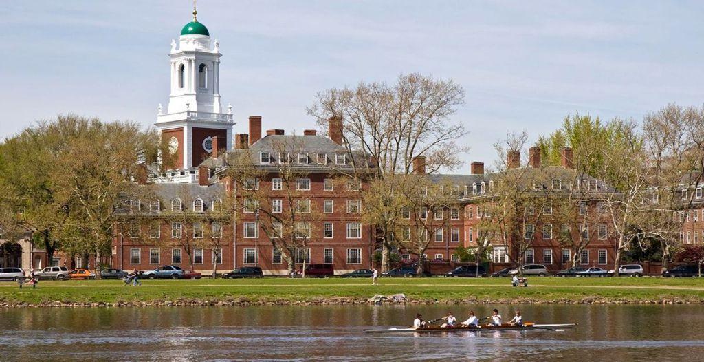 Harvard nhìn từ xa
