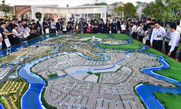 nhà đầu tư xem sơ đồ đô thị sinh thái
