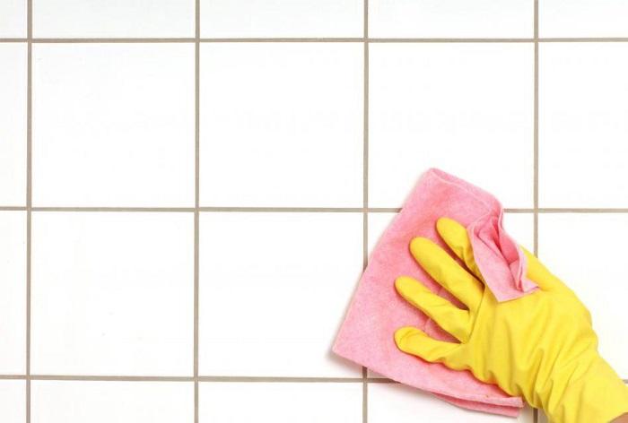 Bề mặt gạch cần phải sạch và không bị đọng nước trước khi tiến hành thi công