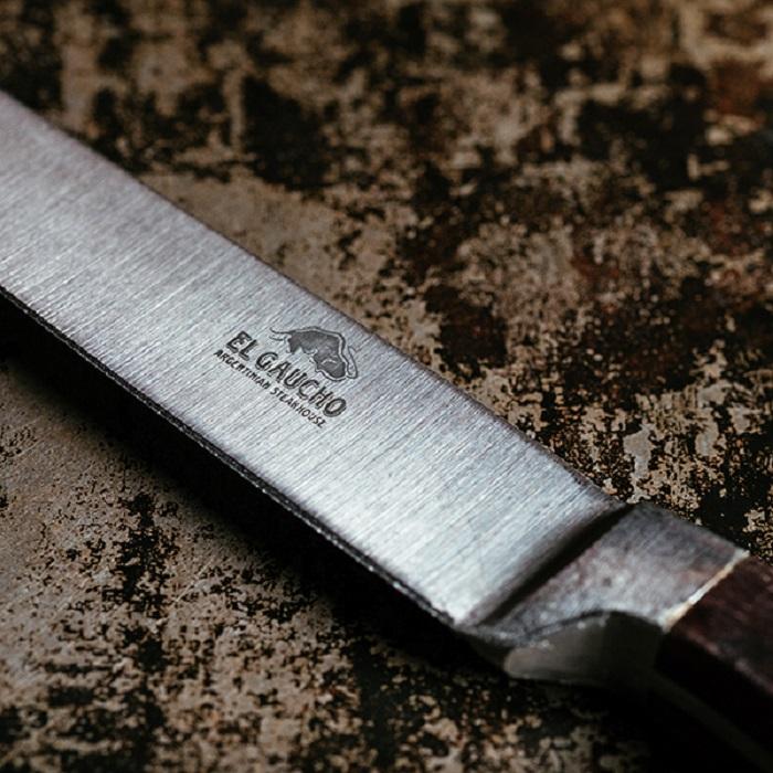 Sử dụng dao đúng chuẩn giúp thực khách cảm thấy ngon miệng hơn khi thưởng thức steak